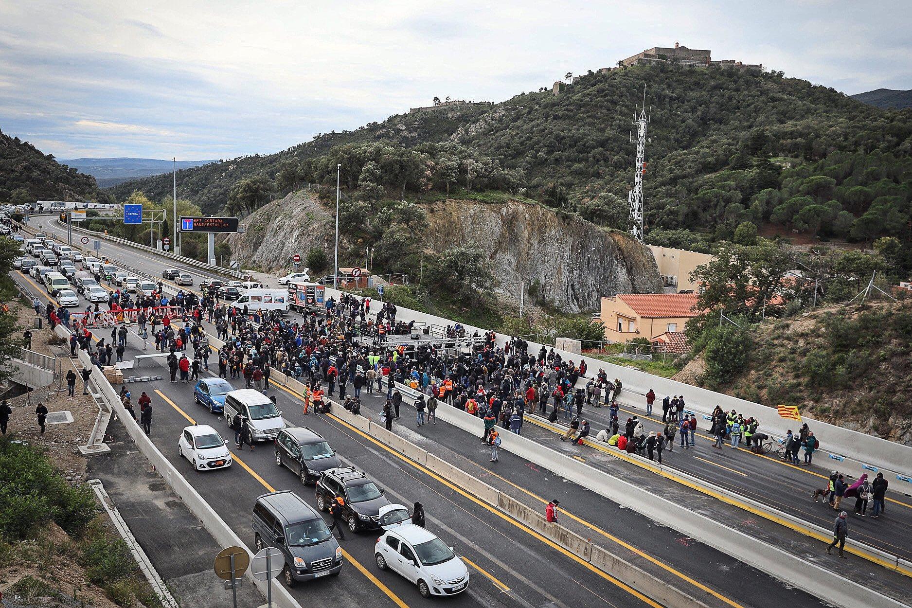 Catalan sepratist protesters block motorway between France and Spain
