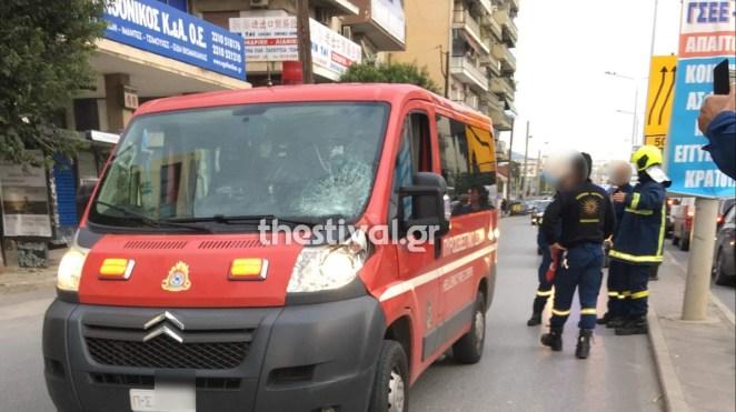 Όχημα της Πυροσβεστικής παρέσυρε πεζό