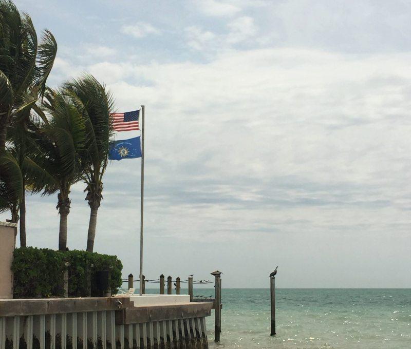 Bandeira da Conch Republic ao lado da norte-americana.