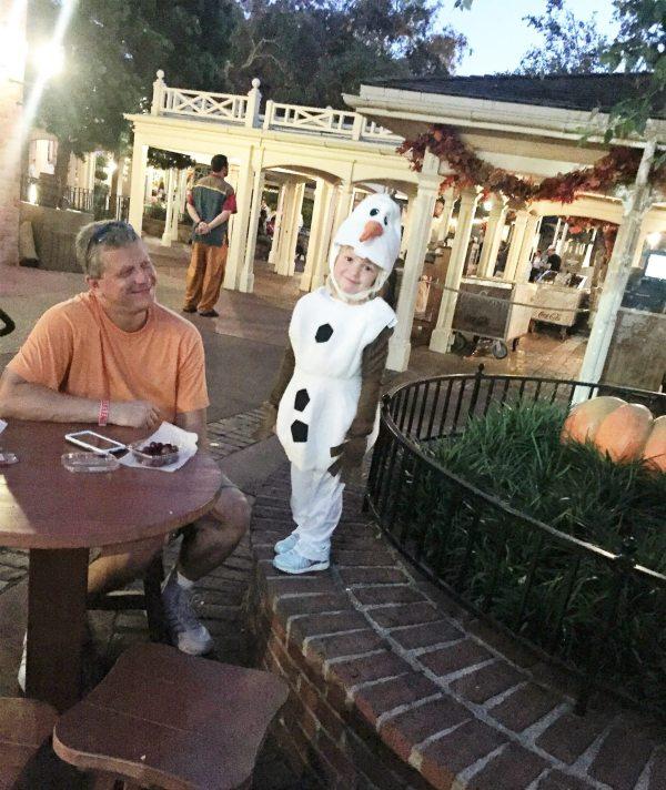 5 - As crianças e alguns adultos também se fantasiam. Encontramos essa fofura de Olaf. Foto: Enjoy Miami