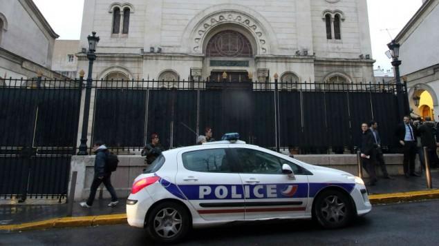 Un coche de policía frente a una sinagoga Marsella durante una visita del ministro del Interior francés Bernard Cazeneuve, en Marsella, sur de Francia, el jueves, 14 de enero de 2016. (Foto AP / Claude Paris)