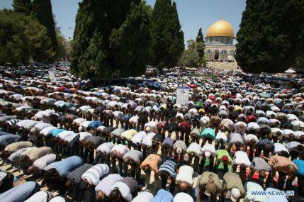 Musulmanes rezando en el Monte del templo en Jerusalem