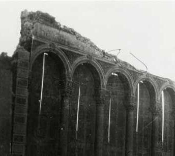 1906 FUEGO Y DESTRUCCIÓN El 18 de abril, el terremoto de San Francisco y las llamas destruyeron la sede y las dos fábricas de Levi Strauss & Co. No se dejaron de abonar los salarios de los empleados, y se abrió una sede temporal para que pudieran seguir trabajando. Se construyó una nueva fábrica en el 250 de Valencia Street.