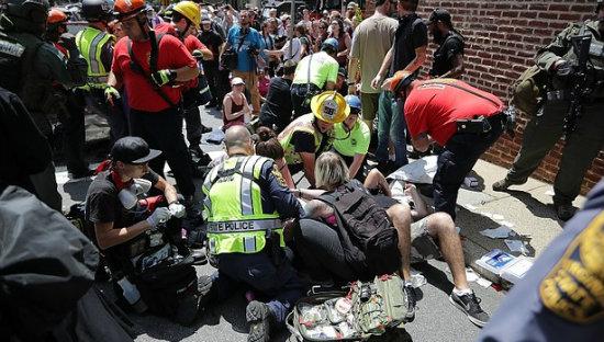 Un coche arrolla a un grupo de personas en Virginia tras la marcha supremacista, un muerto