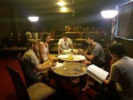 Los actores hacen una lectura de tabla en el teatro independiente de Oradea. (Cortesía)