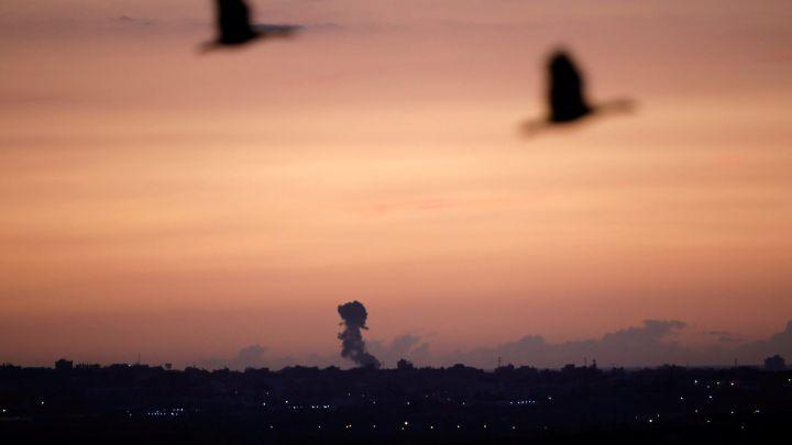 Aviones israelíes atacan posición de Hamas en respuesta a proyectiles de mortero disparados desde Gaza