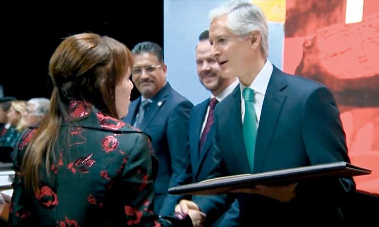 """Lily Margolis recibe presea """"Estado de México"""" a nombre de Kadima"""