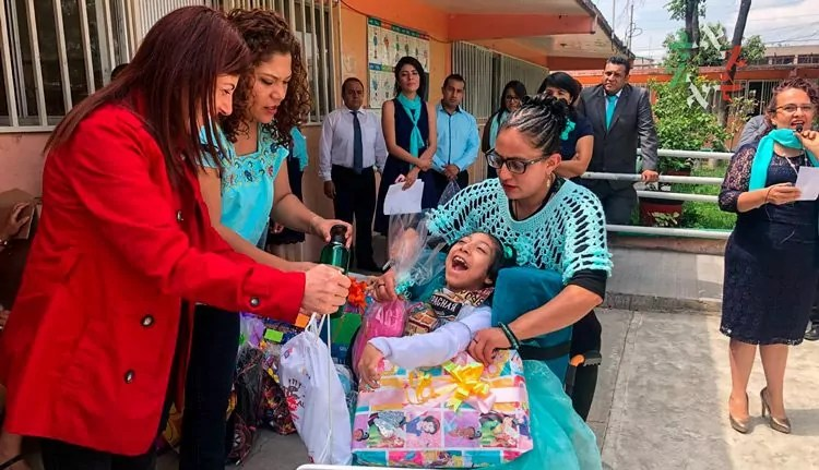 Voluntarias Judeo Mexicanas llevan regalos a niños con necesidades especiales en Iztapalapa