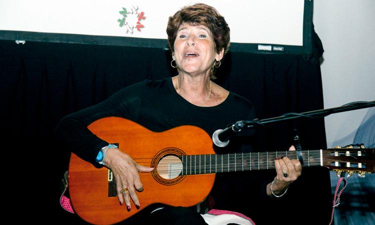 Rita Sue, la mujer que le canta a los soldados heridos de Israel, visita Bet-El