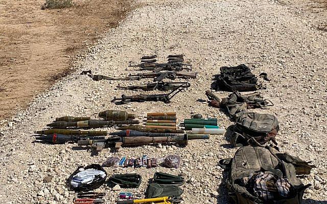 Esta foto publicada por las FDI muestra una colección de armas, incluidos rifles, lanzagranadas, granadas, cortadores audaces y cuchillos llevados por cuatro habitantes de Gaza que intentaron cruzar la frontera hacia Israel, 10 de agosto de 2019. (Fuerzas de Defensa de Israel)