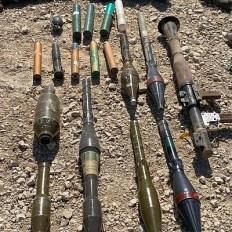 Esta foto muestra lanzagranadas y otras armas llevadas por cuatro palestinos que intentaron infiltrarse en Israel a través de la valla fronteriza con Gaza, 10 de agosto de 2019. (Fuerzas de Defensa de Israel)