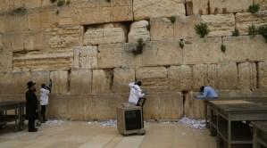 Las piedras del Muro de los Lamentos, fueron desinfectadas y limpiadas para proteger a las personas que las visitaran en Pésaj