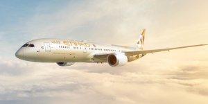 """El líder supremo iraní, el ayatolá Ali Jamenei, acusó el martes a los Emiratos Árabes Unidos de cometer """"traición"""" luego de que Etihad Airways hiciera historia, volando el primer vuelo comercial directo entre Israel y los EAU."""