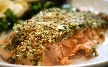 Esta receta de salmón al horno realmente atrae a los niños, porque la vistosa cubierta de pistaches proporciona un toque crujiente, como un pescado frito.
