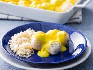 Hoy te presentamos esta ingeniosa receta de albóndigas de pescado en salsa de limón y huevo, la preparación es sencilla y el resultado es espectacular.