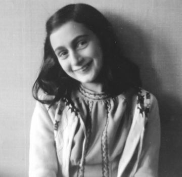 Ana Frank inicia un día como hoy el encierro con su familia por la ocupación alemana en Amsterdam