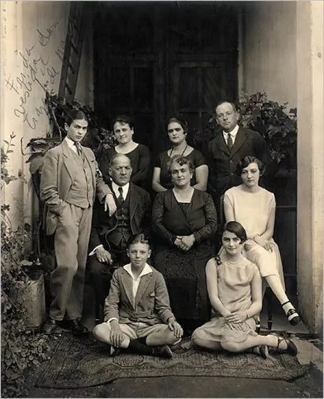 Frida vestida con traje de hombre en compañía de su familia