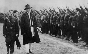 El 6 de julio de 1940 en Rumania, la Guardia de Hierro, prohibió a los actores y músicos judíos actuar en público y prohibió tocar canciones y música judías