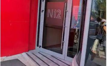 Docenas de trabajadores sociales protestaron frente a los estudios de grabación de N12 antes de una entrevista con el ministro de Finanzas, Israel Katz