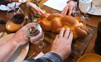 Una comida se considera cualquiera en la que se consume pan, por lo que las comidas judías comienzan con la bendición del pan, para luego compartirlo