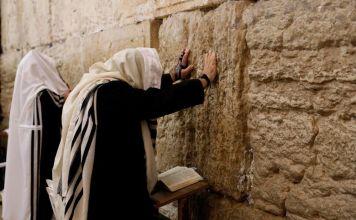 Dios informó a Moshé que, cuando el Pueblo Judío pecara en el futuro, deberían recitar los Trece Atributos y Él los perdonaría