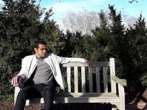 Joven sentado en una banca