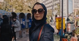 """Escena de la serie """"Teherán"""" que muestra a la protagonista Niv Sultan"""