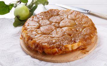 Para un antojo dulce, prueba este volteado de manzana y miel, es rico y tierno gracias a la crema agria y al aceite. Cualquier manzana que tengas funciona