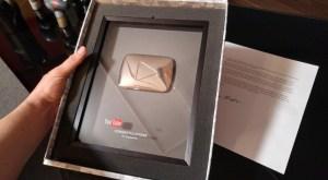 placa que celebra 100,000 suscriptores en YouTube