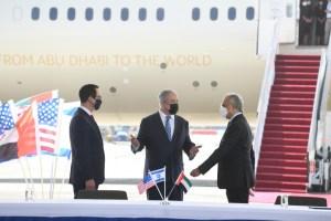 El Secretario del Tesoro de EE.UU., Steven Mnuchin, el primer ministro de Israel Benjamin Netanyahu y el ministro de Estado de los Emiratos para Asuntos Financieros, Obaid Humaid Al Tayer en el aeropuerto Ben Gurión