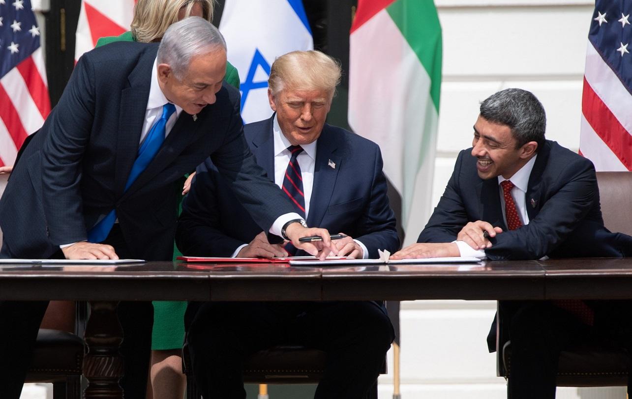 Benjamín Netanyahu, Donald Trump y Abdullah bin Zayed al Nahyan durante la firma del acuerdo entre Israel y Emiratos