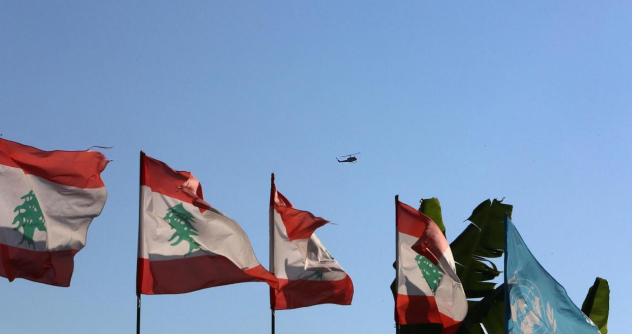 Un helicóptero sobrevuela el sur del territorio libanés en el primer día de negociaciones entre Israel y Líbano para resolver una disputa fronteriza