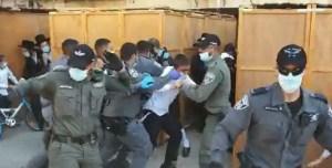 Policia somete a ultraortodoxos durante un funeral en la ciudad de Ashdod
