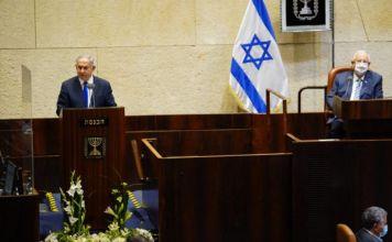 Benjamín Netanyahu y Reuven Rivlin en el inicio del periodo de sesiones de invierno de la Knéset de Israel