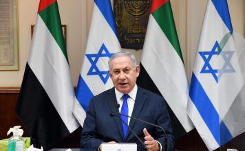 Benjamín Netanyahu ofrece discurso delante de banderas de Israel y los Emiratos Árabes Unidos