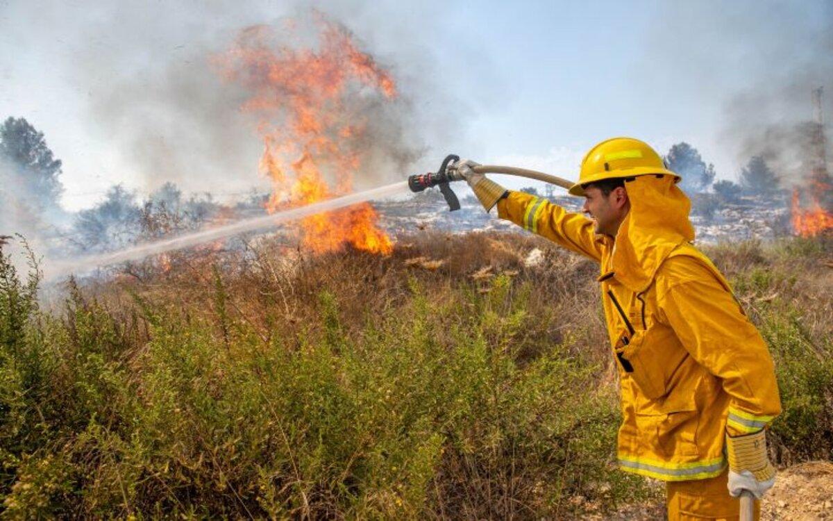 Múltiples incendios estallaron en múltiples áreas en todo Israel el viernes, y miles de residentes se vieron obligados a evacuar sus hogares.