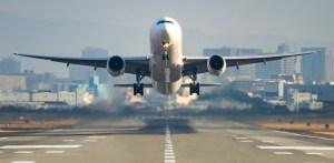 avión visto de frente despega de la pista y levanta el vuelo