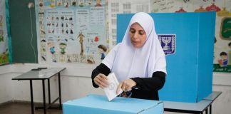 Una mujer árabe vota para las elecciones de Israel
