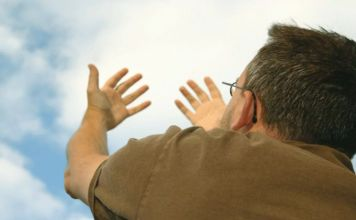 persona preguntando a Dios porqué le pasan cosas malas a las personas buenas