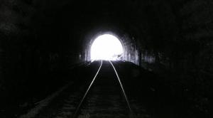 Fotografía de la salida de un túnel de vías de tren