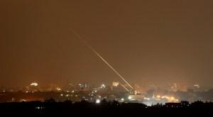 Momento en que un cohete es disparado desde la Franja de Gaza hacia Israel