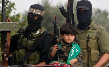 Terroristas palestinos con armas y un menor de edad