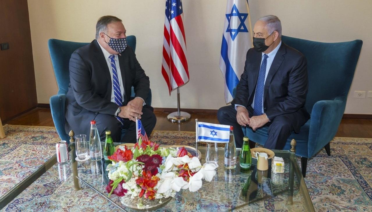 Mike Pompeo, secretario de Estado de EE. UU., junto al primer ministro israelí Benjamín Netanyahu