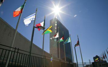 Banderas de Israel y otros países ondean afuera de la ONU en Nueva York