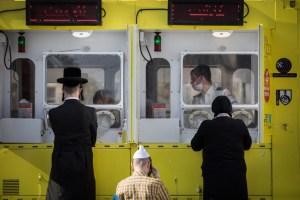 Personal de MDA tomando muestras de coronavirus en Israel