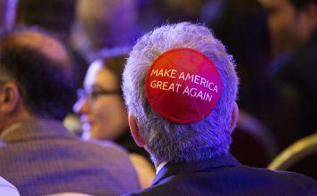 Una persona con Kipá con una leyenda sobre la campaña de Donald Trump en Estados Unidos