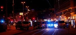 Patrullas de la policia en Viena, Austria, durante la noche del 2 de noviembre de 2020
