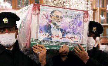 Oficiales iraníes cargan el ataúd de Mohsen Fakhrizadeh