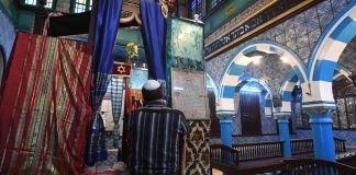 Un judío dentro de una sinagoga de Túnez