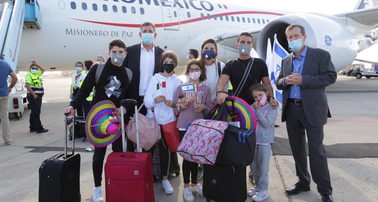 Olim Jadashim, nuevos inmigrantes judíos, luego de bajar de un avión en Israel
